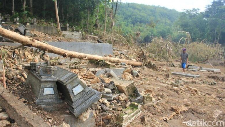 Penampakan Makam Jolok di Bantul Porak-poranda Diterjang Banjir