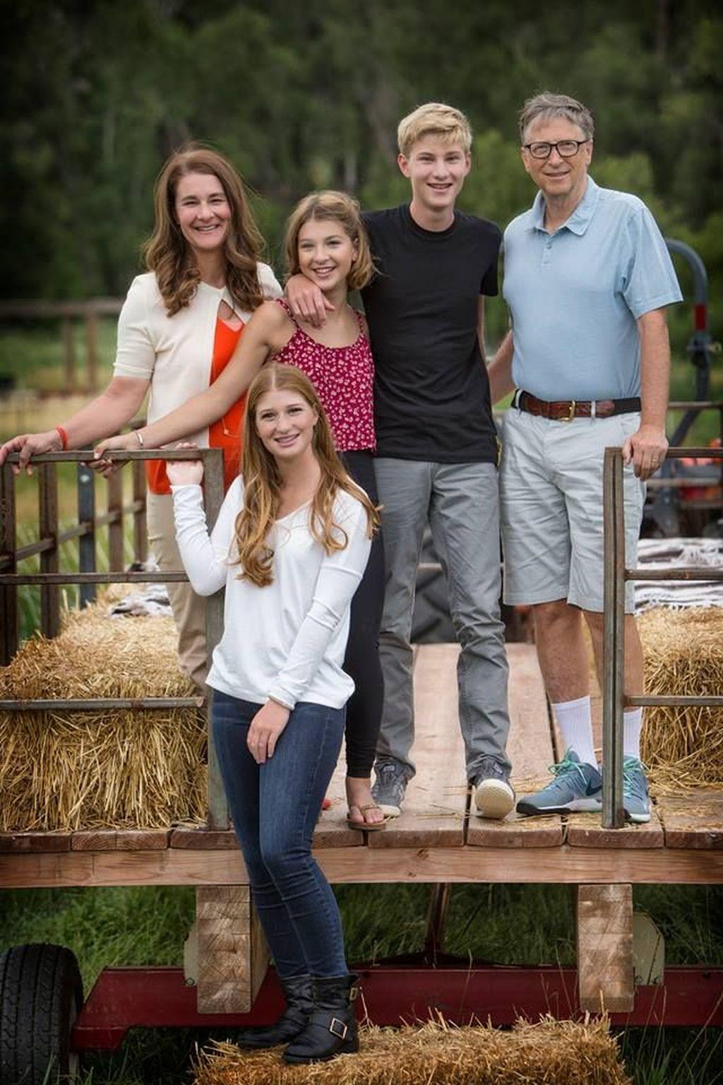 Rory berbaju hitam di samping Bill Gates, berfoto bersama keluarganya. Tampak di sini selain Bill Gates ada adiknya Phoebe, sang kakak Jennifer serta sang ibu, Melinda. Foto: Instagram