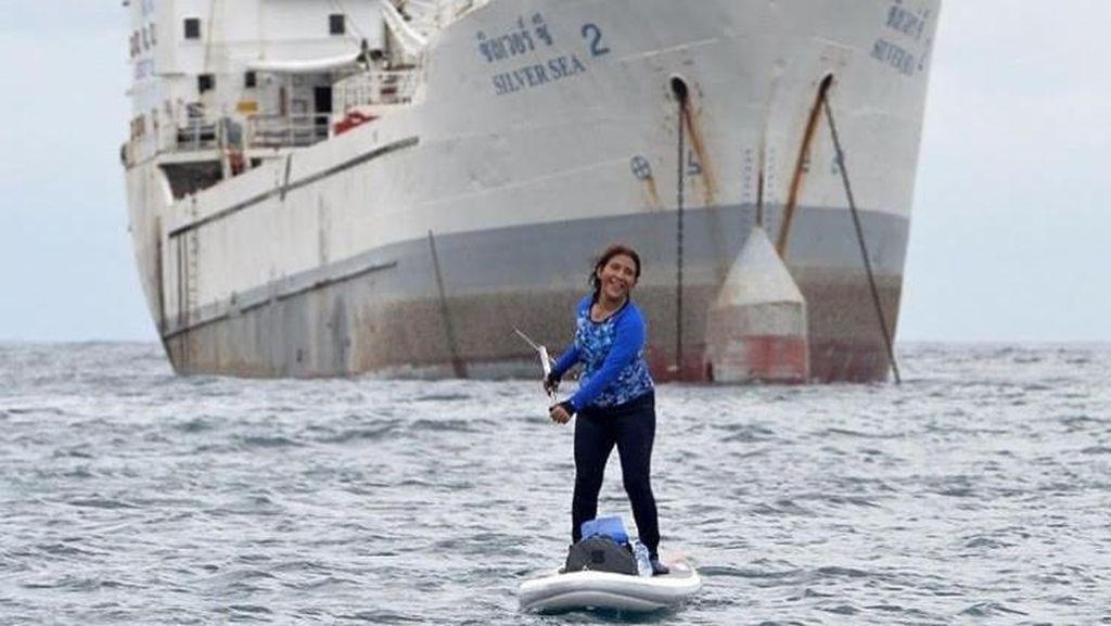Aksi Menteri Susi Berselancar di Depan Kapal Tangkapan
