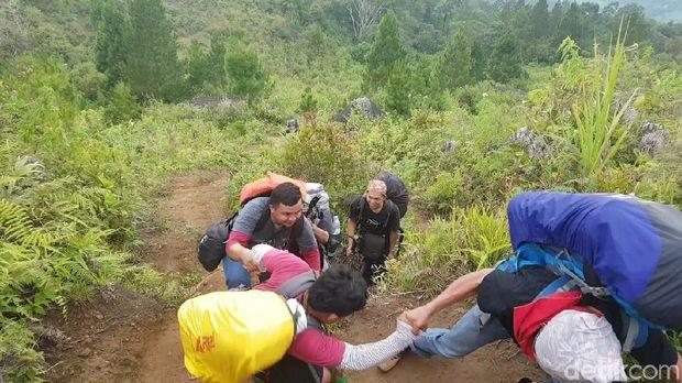 9 orang penyandang disabilitas mendaki bersama 70 orang penggiat alam bebas