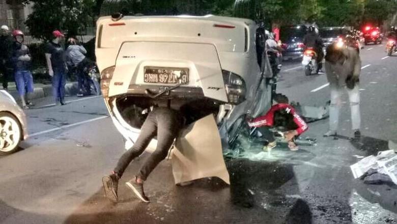 Kecelakaan Tunggal, Honda Jazz Terbalik di Tengah Jalan MT Haryono