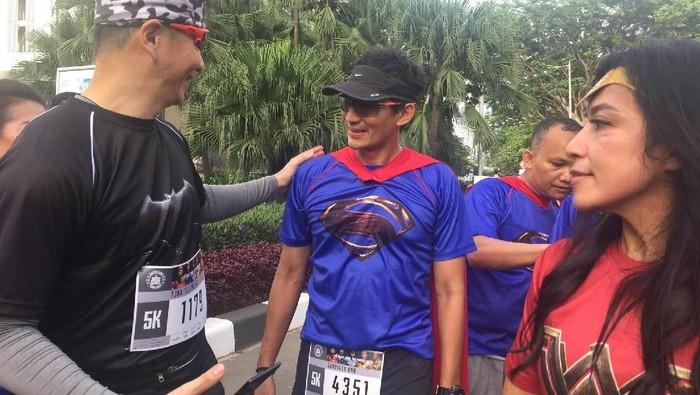 Sandiaga Uno berlari dengan kostum Superman, salah satu tokoh di film Justice League (Foto: Uyung/detikHealth)