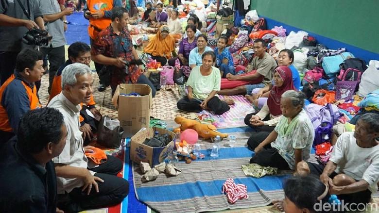 Gubernur Ganjar Hibur Pengungsi di - wonogiri Gubernur Jawa Ganjar Pranowo meninjau pengungsian korban bencana di Klaten dan Wonogiri serta memberikan sejumlah Ganjar juga