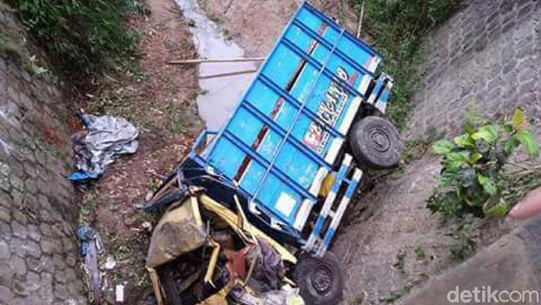 Truk Masuk ke Orang dan - Karanganyar Sebuah truk terperosok ke dalam sungai saat melintas di Jalan Akibatnya satu orang dan satu ekor sapi