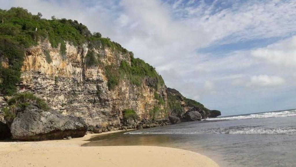 Cantik Tapi Tersembunyi, Pantai Ngrumput Gunungkidul