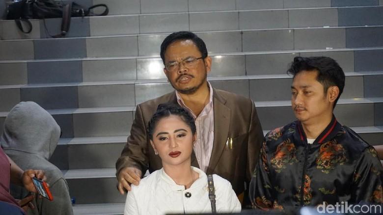 Ini Alasan Suami Dewi Persik - Jakarta Suami pedangdut Dewi Angga melaporkan balik petugas TransJakarta Harry Maulana Saputra atas dugaan pencemaran nama Alasan Angga