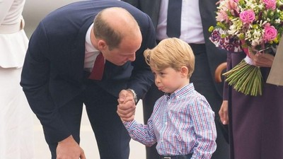 Ketika Pangeran George Menggenggam Erat Tangan Ayahnya