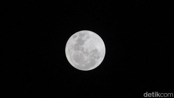 Fenomena langka akan terjadi di Indonesia malam ini. Selain gerhana blood moon, ada fenomena lain yang terjadi malam nanti yakni supermoon dan blue moon. Foto: Wisma Putra
