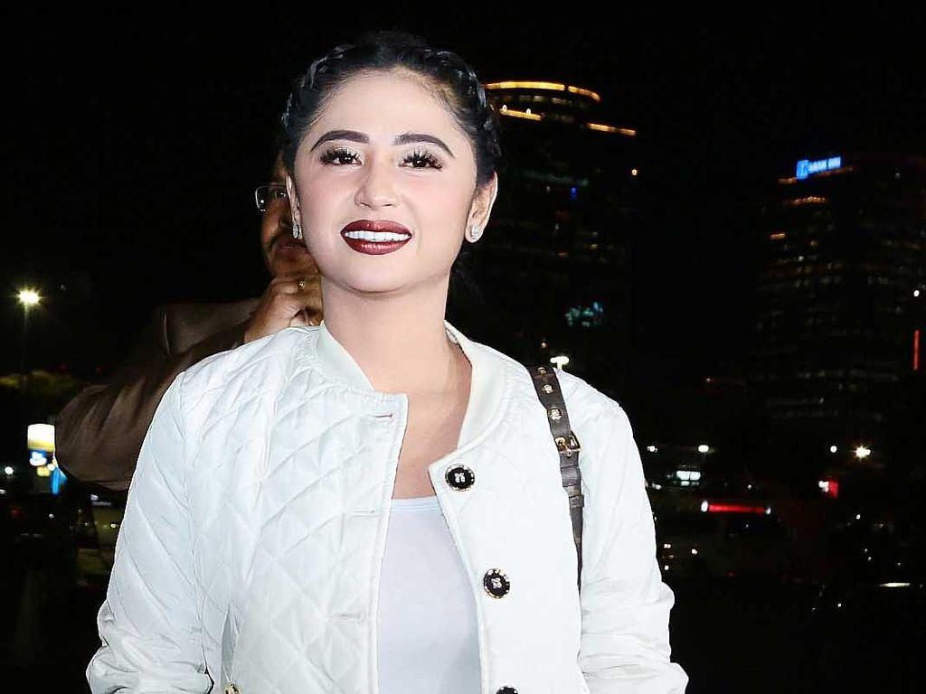 Jadi Host Bareng, Dewi Persik Tak Gantikan Ayu Ting Ting