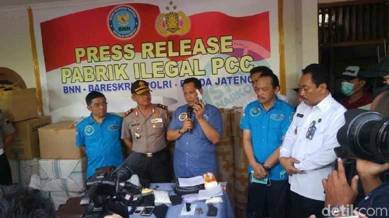 Sita Pistol dari Bos Pabrik - Semarang Berbagai barang bukti diamankan dari penggerebegan pabrik PCC di Kota Ada pistol peluru karet dengan jenis yang