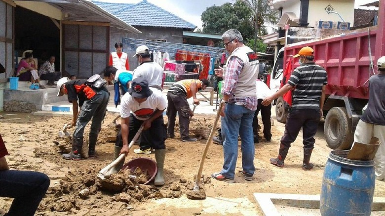Baguna PDIP Terjunkan Tim Bantu - Jakarta Tim Badan Penanggulangan Bencana PDIP mengirimkan sejumlah personel untuk membantu penanganan bencana alam yang terjadi di Kabupaten