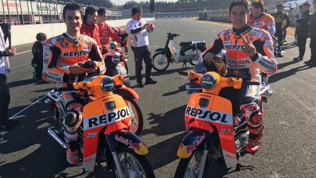 Seru! Marquez dan Pedrosa Balapan Pakai Motor Bebek