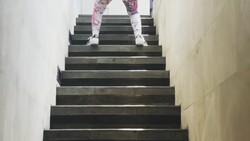 Dalam video unggahannya, Dewi Persik tampak berlari-lari kecil di depan anak tangga. Terlihat sekali bentuk tubuhnya, sampai-sampai dikagumi warganet.