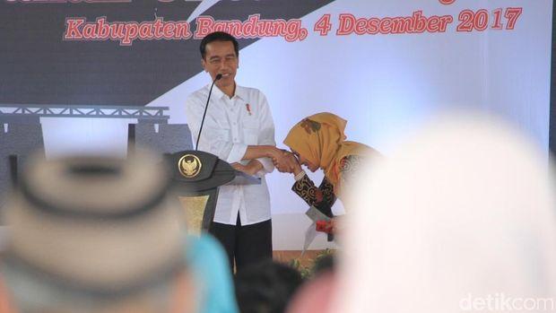 Presiden Jokowi bagi-bagi sepeda sai kegiatan pemberian 10 ribu sertifikat tanah gratis di Soreang, Kabupaten Bandung, Senin (4/12/2017)