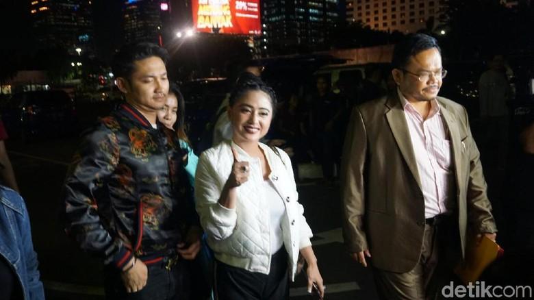 Pengacara Tegaskan Dewi Persik Punya - Jakarta Pengacara pedangdut Dewi Maha Awan mengaku kliennya mempunyai diskresi lisan dari kepolisian saat hendak masuk ke jalur