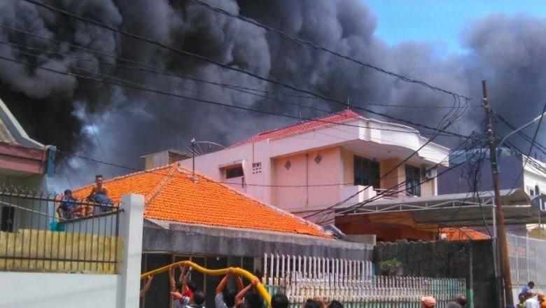 Gudang Kosmetik Terbakar di Jakbar, Asap Hitam Membubung Tinggi