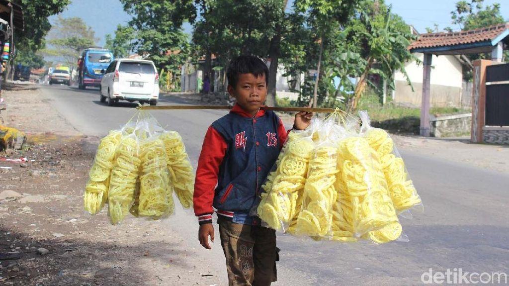 Foto: Ini Sutrisno, Bocah yang Jual Kerupuk untuk Hidupi Keluarga