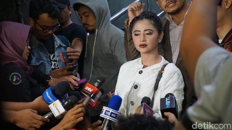 Pengakuan Dewi Persik Saat Bawa - Jakarta Pedangdut Dewi Persik mengaku mendapat diskresi dari petugas kepolisian untuk masuk Busway karena hendak mengantarkan asistennya yang