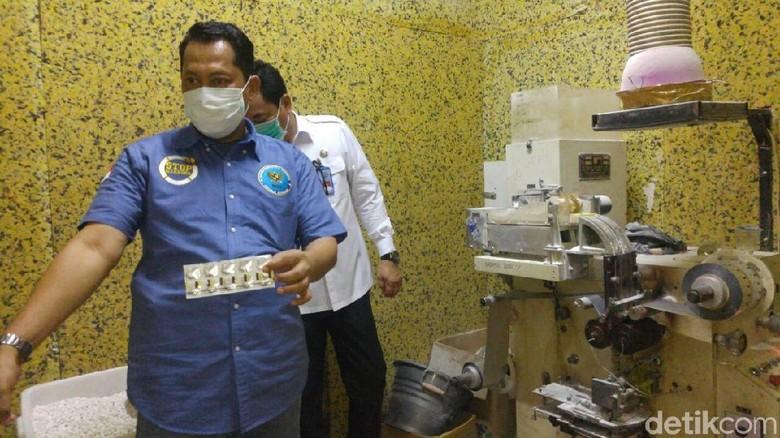 Buwas Tunjukkan Isi Pabrik PCC - Semarang BNN mengungkap keberadaan pabrik Paracetamol Caffein Caresoprodol di Jalan Halmahera nomor Kota Pabrik ini berada di dalam