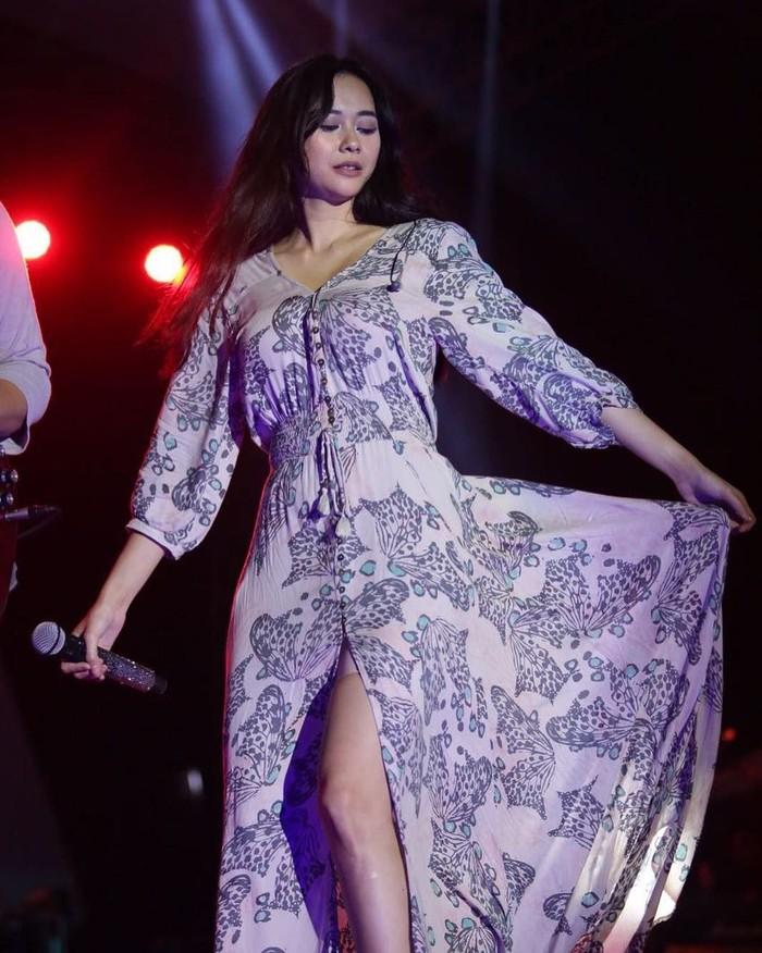 Aura Kasih adalah seorang penyanyi yang terkenal lewat lagu berjudul Mari Bercinta. Selain suaranya yang dinilai seksi, Aura Kasih juga terkenal karena kaki jenjangnya dan tubuhnya yang selalu nampak ramping. (Foto: Instagram @aurakasih)