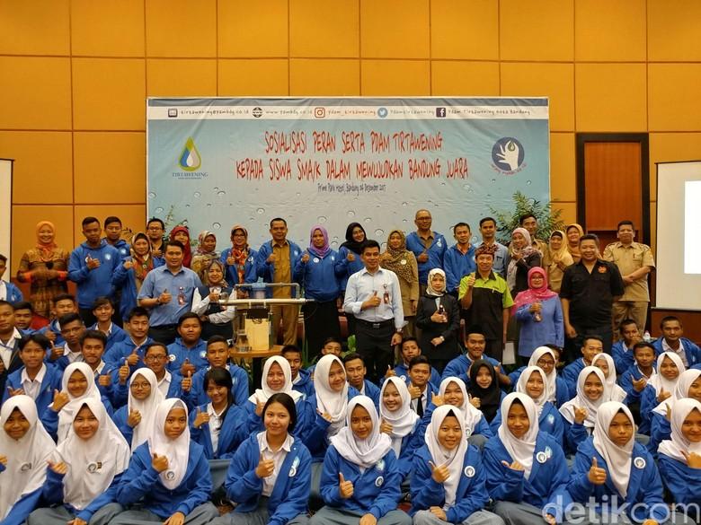 PDAM Ajak Pelajar Jaga Sumber - Bandung Perusahaan Daerah Air Minum Tirtawening mengajak para pelajar untuk mulai mengenali dan merawat sumber air yang mengalir