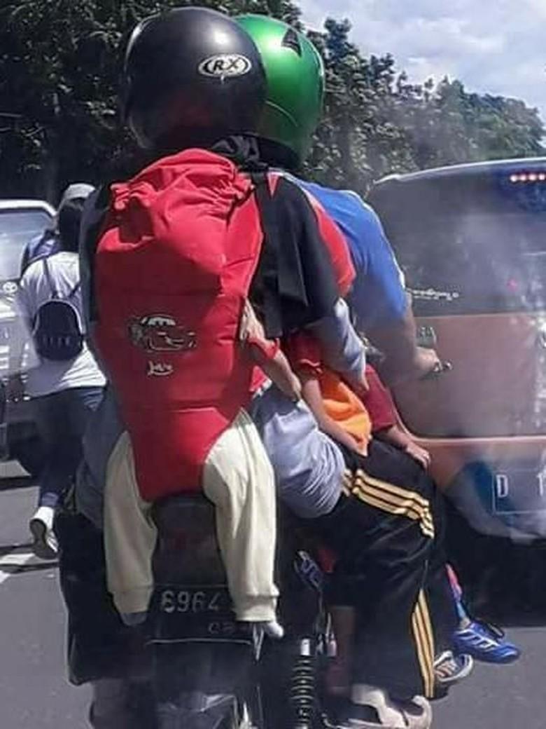 Viral Foto Emak-emak Naik Motor dan Gendong Bayi di Belakang