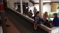 Minim Fasilitas, Keluarga Tunggu Pasien di Lantai RS Polri