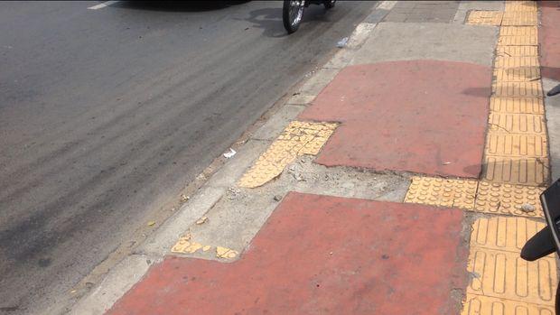 Baru Direvitalisasi, Trotoar di Jl Dewi Sartika Jaktim Mulai Rusak