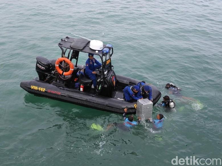 Polda Jabar Gelar Simulasi Pengamanan - Cirebon Polda Jawa Barat menggelar simulasi pengamanan Pilkada serentak di wilayah perairan tepatnya di area PLTU Cirebon Selasa