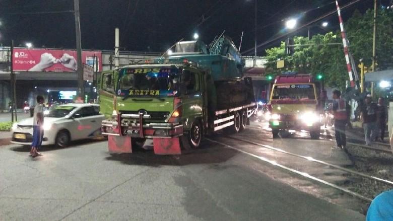Muatan Truk Nyangkut di Kabel - Jakarta truk bermuatan alat berat tersangkut kabel listrik aliran atas di pintu perlintasan Stasiun sejumlah perjalanan kereta Commuter