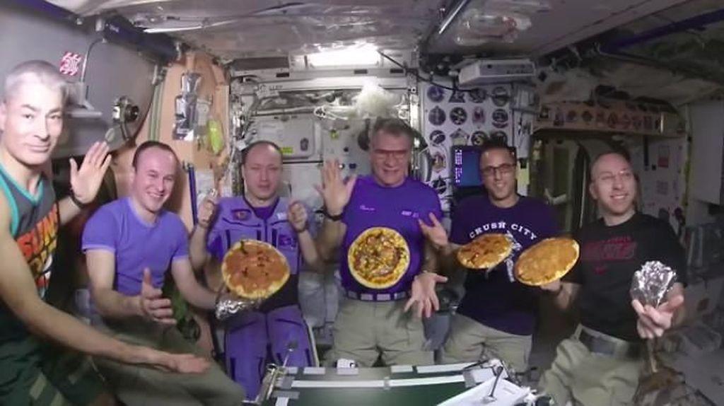 Ah, Serunya Para Astronot Bikin Pizza di Stasiun Luar Angkasa!