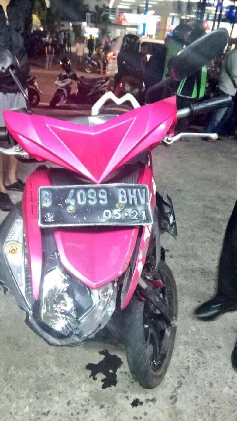 Motor yang Ringsek karena Tabrak Mobil di Jakbar, Milik Penjambret