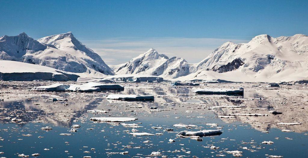 Antartika, bisa dibilang merupakan tempat pelarian terbaik sekaligus terburuk. Lokasinya yang berada di salah satu kutub Bumi menjadikannya lokasi untuk berlindung yang baik. Namun, statusnya sebagai daerah yang paling dingin, berangin, dan kering di dunia membuat usaha penyelamatan diri tersebut akan menemui babak baru yang lebih menantang. (Foto: Internet)