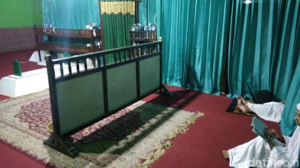 Makam Keramat Ini Jejak Peninggalan Raja Pertama di Cirebon
