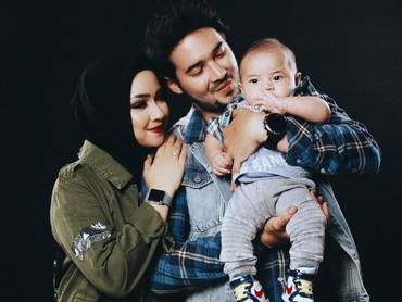 Tema foto keluarganya boleh nih diikutin. (Foto: Instagram/aryanifitriana24)