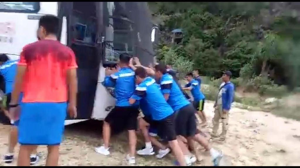 Saat Pemain Timnas Mongolia Harus Dorong Bus