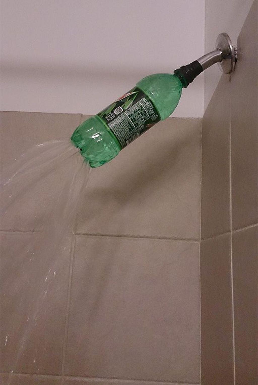 Shower di apartemen rusak, sementara memakai bekas botol minum dulu. Foto: boredpanda