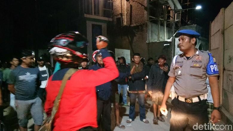 Tawuran di Makassar Pakai Bom - Makassar Bentrokan kelompok warga di Jalan Pampang dengan warga Kampung Sulawesi memakan Dua warga terkena lecutan anak panah