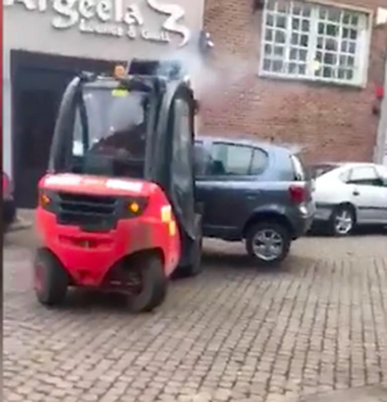 Parkir Halangi Jalan, Toyota Yaris Ini Diangkut Forklift