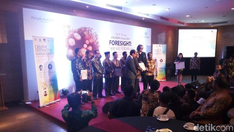 Risma dan Raih Penghargaan Kepala - Jakarta Asosiasi Pemerintah Kota Seluruh Indonesia dan Asosiasi Pemerintah Kabupaten Seluruh Indonesia bersama Kellog Innovation Network ASEAN memberi