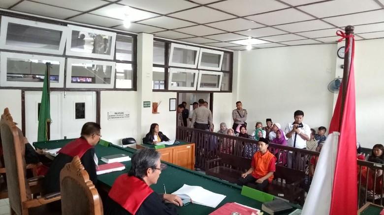 Pemerkosa Anak yang Bunuh Korban - Palembang PN Palembang menjatuhkan hukuman mati terhadap Irsan alias Ican Ican terbukti menjadi otak pelaku pemerkosaan sekaligus pembunuhan