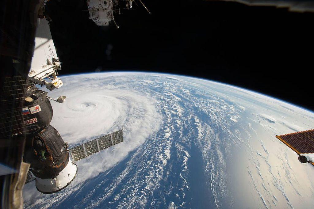 Sekitar 60 tahun lalu, ilmuwan masih ragu apakah permukaan bumi bisa dilihat dengan jelas dari angkasa. Ternyata dengan kamera yang dikhususkan untuk menjepret bumi, hal itu dimungkinkan sehinga tampak keindahan dan kompleksitas planet kita. Foto: NASA