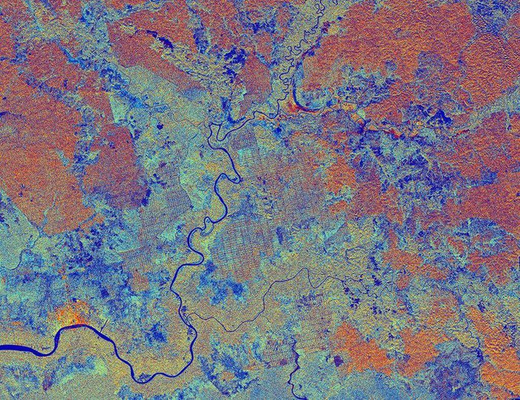 Foto ini menampakkan wilayah Kalimantan dan diambil dari satelit Sentinel-1A dari European Space Agency pada tahun 2015. Terlihat sungai Sampit, permukaan di sekeliling terlihat dengan warna-warna berbeda tergantung apa yang ada di atas. Misalnya warna orange menunjukkan tanaman yang berusia lebih muda. Foto: ESA/NASA