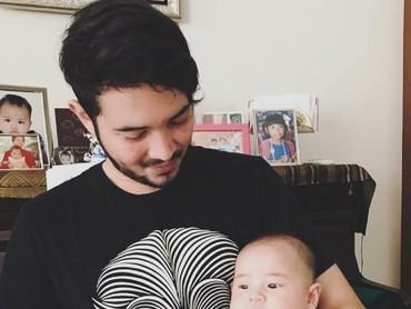 Ayah nggak mau kalah kompak nih dengan si kecil. (Foto: Instagram/aryanifitriana24)