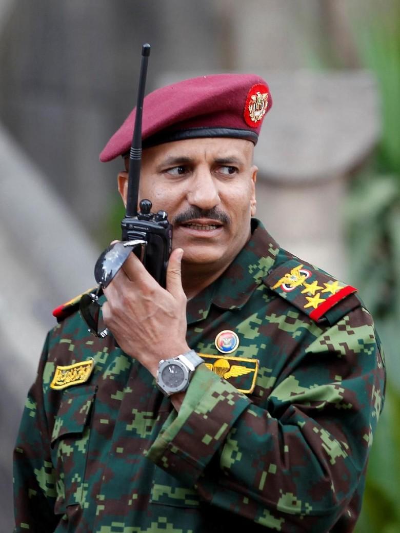 Bentrok dengan Keponakan Eks Presiden - Tarek keponakan yang menjawab Komandan Pasukan Loyalis eks Presiden Yaman Ali Abdullah Saleh yang dibunuh Houthi pekan ini