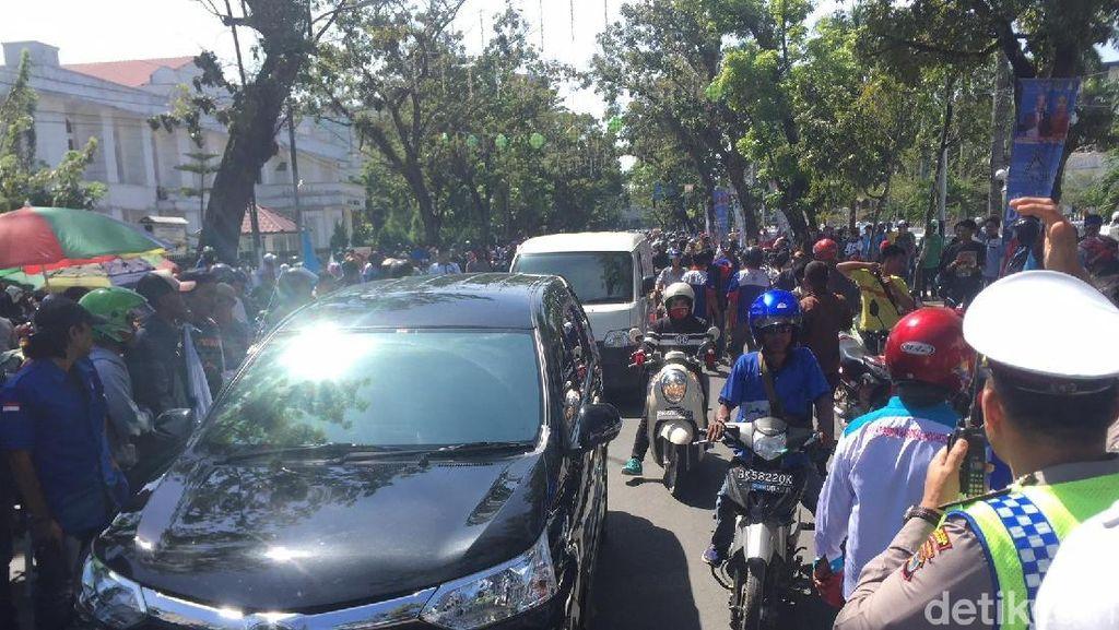 Buruh Demo di Kantor Gubernur Sumut Tuntut UMK Rp 2,7 Juta