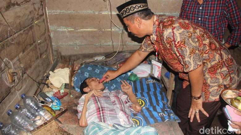 Menjenguk Pria Lumpuh yang Hidup - Rembang warga Dusun Majasem Desa Kedungasem Kecamatan Rembang harus hidup sebatang Dengan kondisinya yang dia tinggal di rumah