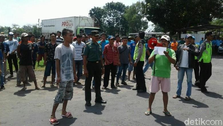 Tuntut Karyawan Pabrik di Purworejo - Purworejo Lebih dari karyawan sebuah pabrik ban di Jawa Tengah melakukan aksi mogok Aksi dilakukan karena mereka menuntut