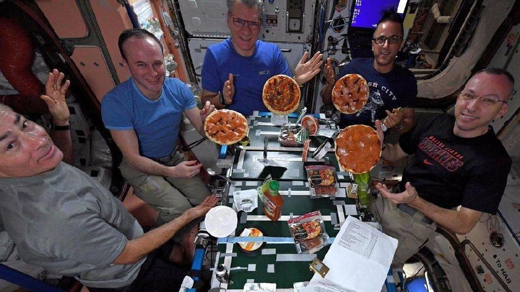 Serunya Astronot Bikin Pizza di Luar Angkasa