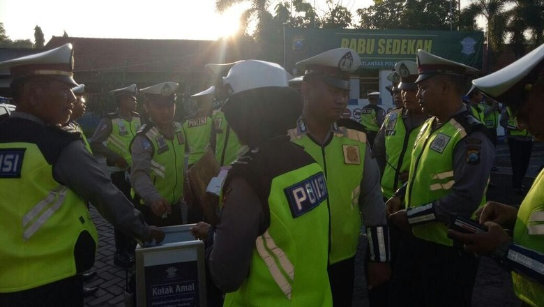 Rabu Sedekah, Cara Polisi Gresik Membantu Sesama